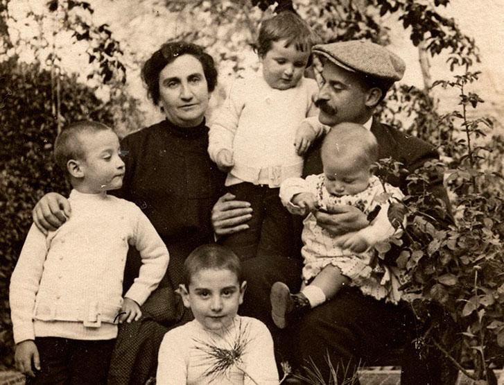 Francisco Ayala con sus padres y sus hermanos.