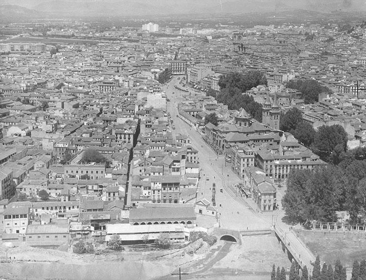 Vista aérea de Granada desde el río Genil, hacia 1957.