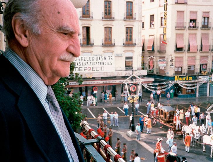 Francisco Ayala asiste a la procesión del Corpus desde el balcón del Ayuntamiento, en 1987.