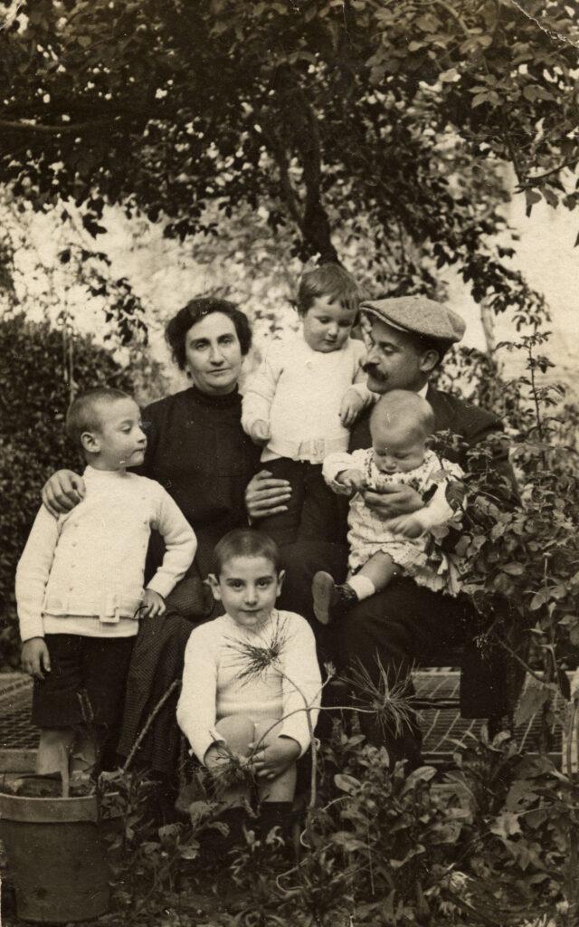 Francisco Ayala con sus padres y sus hermanos