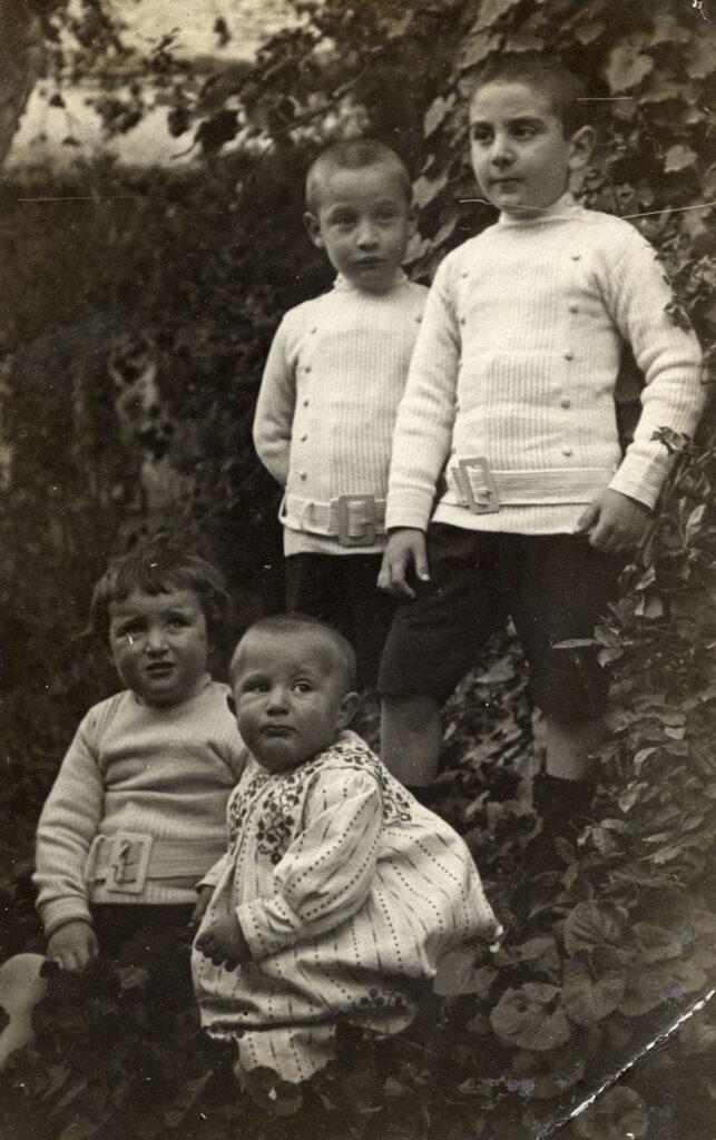 Francisco Ayala con sus hermanos