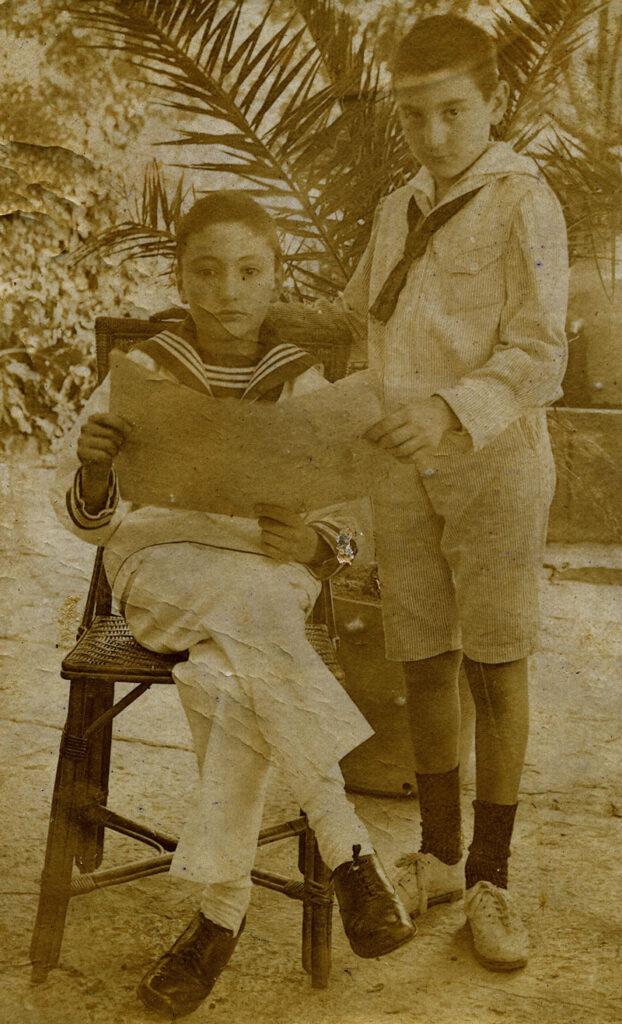 Francisco Ayala (de pie) con su primo Jesús García-Duarte