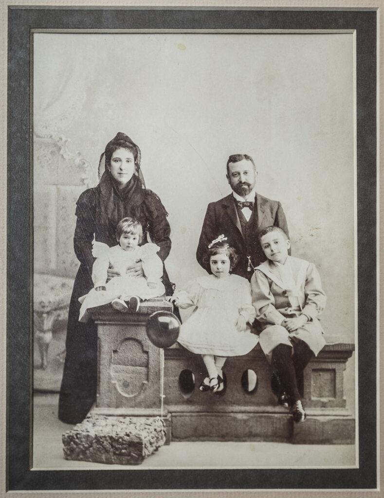 Pedro Arroyo Pineda, padrino de Francisco Ayala, con su mujer, Carmen Montes Marín, y sus tres hijos