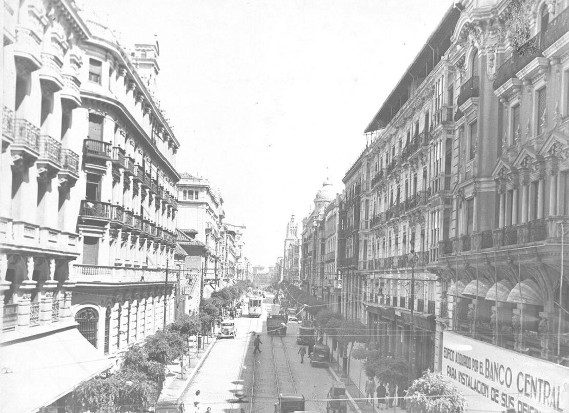 Vista de la Gran Vía de Colón desde la calle de los Reyes Católicos, en la década de 1950.