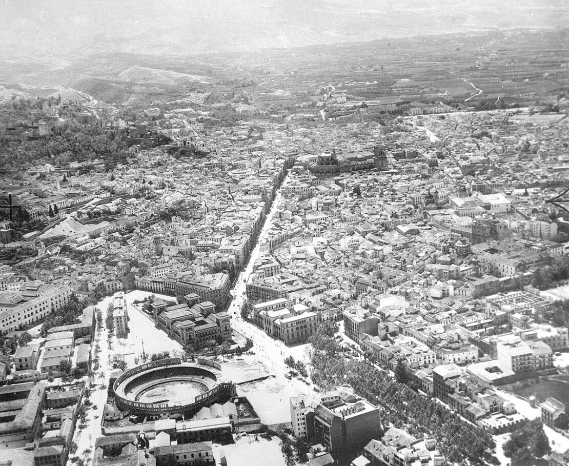 Vista aérea de Granada desde el Triunfo, hacia 1957. Ayuntamiento de Granada. AMGR