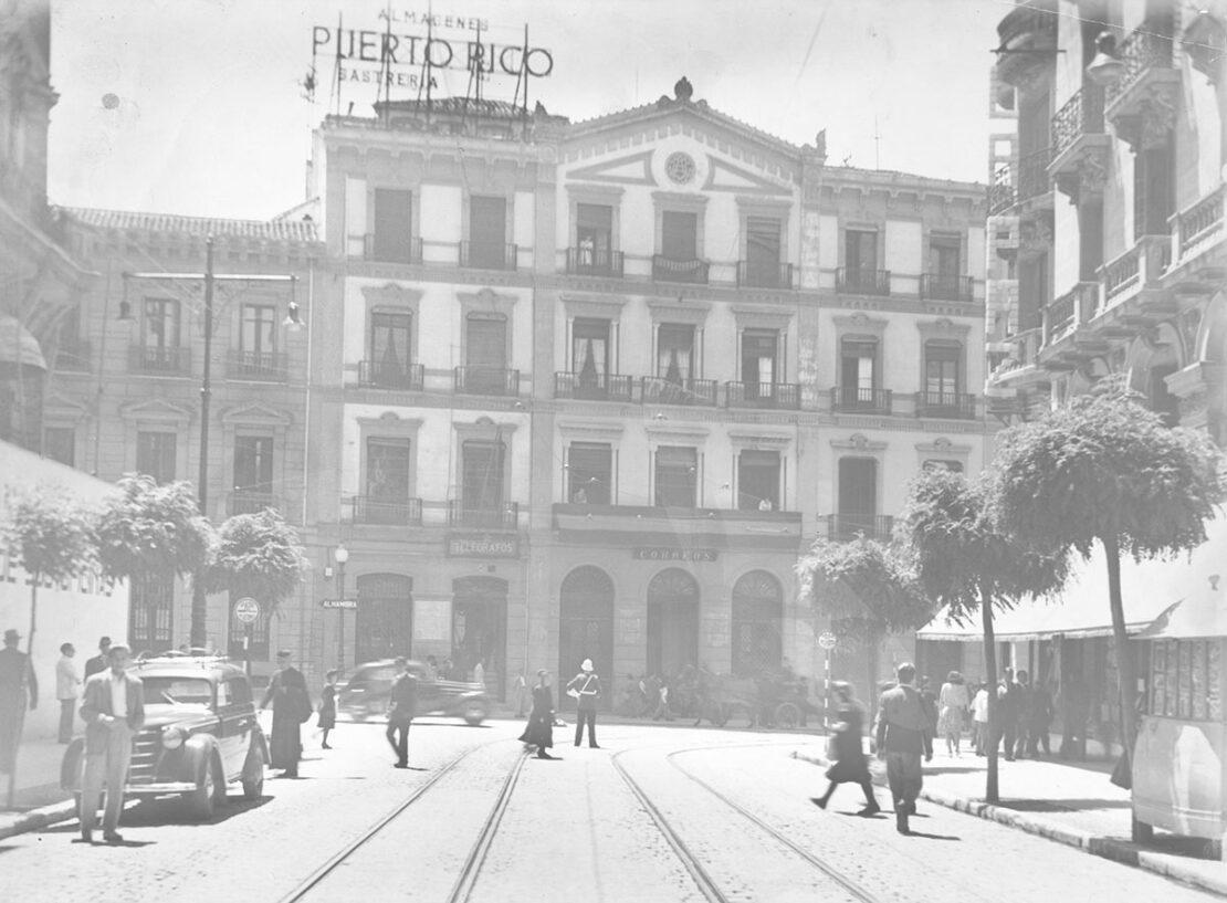 Esquina de la Gran Vía con Reyes Católicos, en la década de 1950. Ayuntamiento de Granada. AMGR