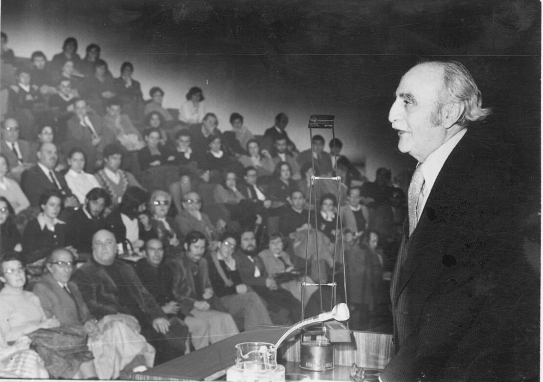 Francisco Ayala durante la conferencia que ofreció en el auditorio del Banco de Granada el 2 de febrero de 1977