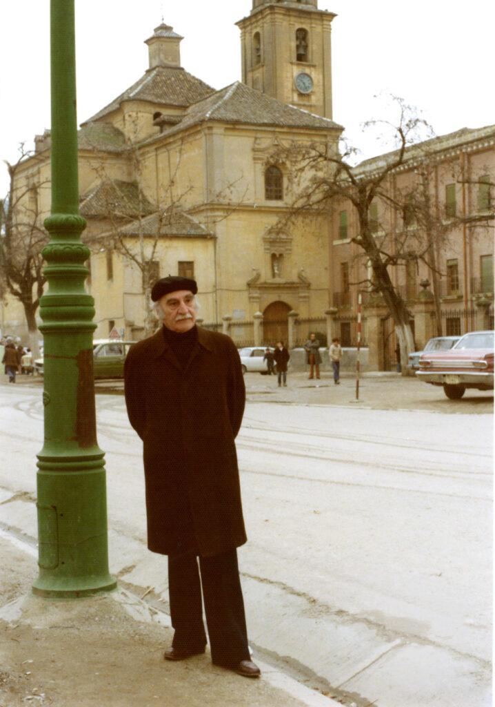 Francisco Ayala frente al colegio de los Escolapios, donde cursó parte de sus estudios de Secundaria.