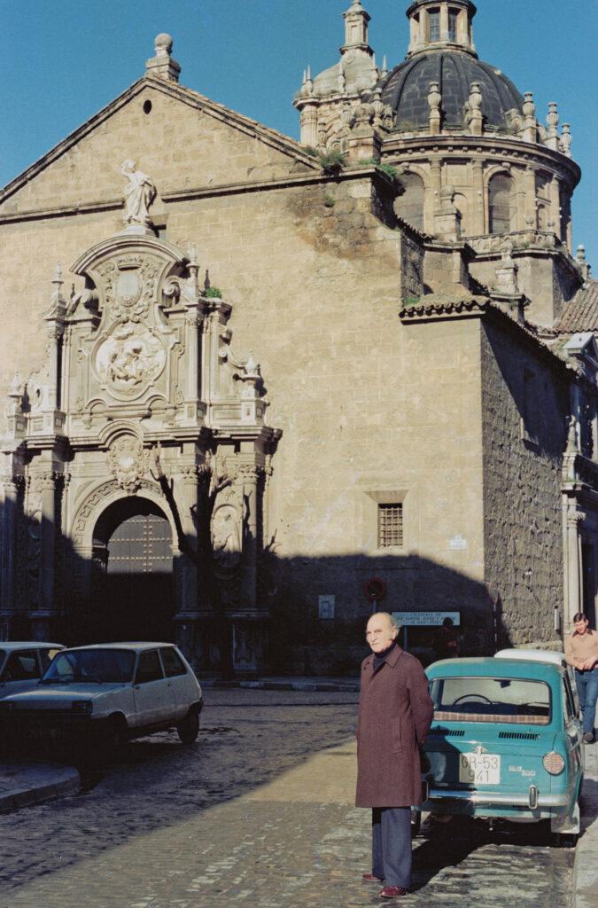 Francisco Ayala frente a la iglesia de los Santos Justo y Pastor, donde fue bautizado el 11 de abril de 1906.