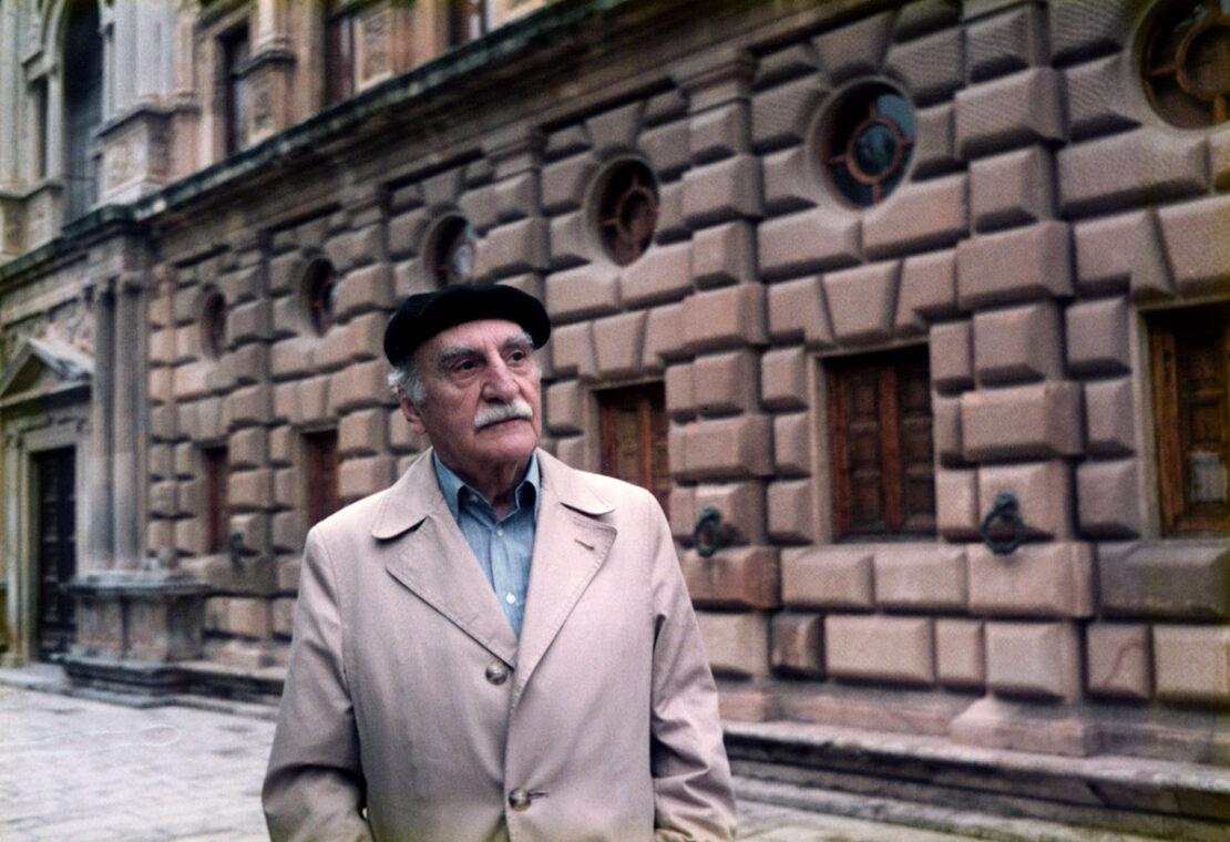 Francisco Ayala ante el palacio de Carlos V