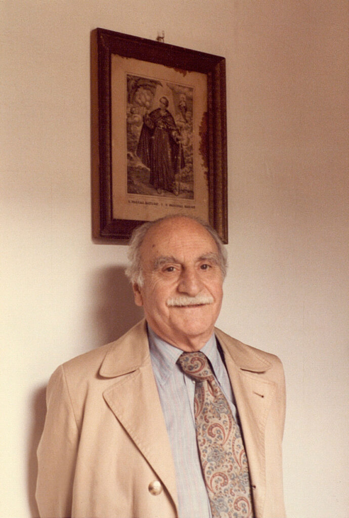 Francisco Ayala ante el cuadro de san Pascual Bailón que había en la casa de sus familiares en Cájar, en 1985.