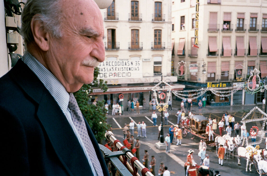 Francisco Ayala asiste a la procesión del Corpus desde el balcón del Ayuntamiento