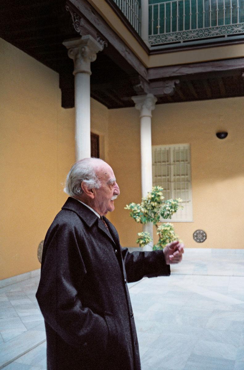 Francisco Ayala en el patio del colegio de Niñas Nobles, en 1990