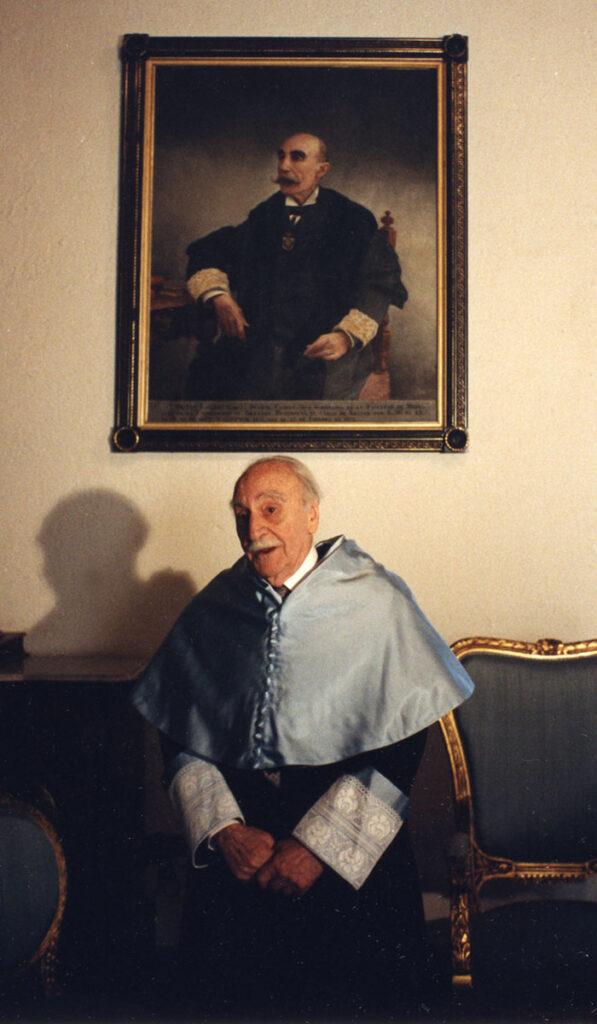 Francisco Ayala ante el retrato de su abuelo materno